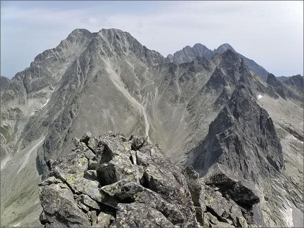 Ostré štíty (v popředí) z Javorového štítu. Dále vlevo Ľadové štíty , vpravo Široká veža. <br>Na zadním horizontu Lomnický štít a Pyšné štíty