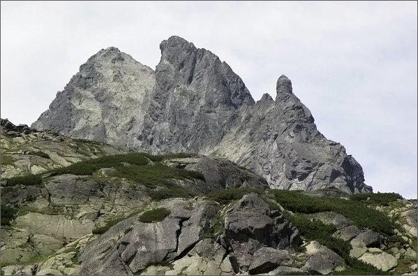 Jako hradní věž se tyčí hřeben Ošarpancov. Dále vlevo Dračí štít a Vysoká