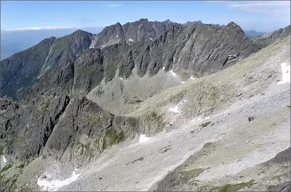 Pohled z Veľkého Ošarpanca k Dračiemu sedlu.<br /> Na prvním horizontu Kôpky a Popradský hrebeň, na druhém Hrebeň Bášt.<br>V popředí Dračie hlavy