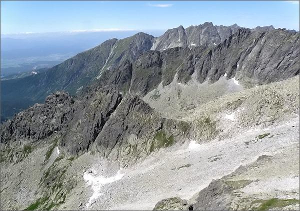 Dračí hrebeň (vlevo) z Veľkého Ošarpanca. Dále Popradský hrebeň a Hrebeň Bášt