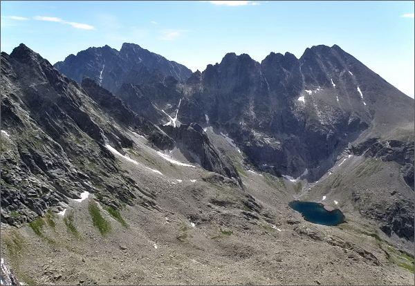 Hrebeň Končistej, Lúčnš sedlo a Tupá z Veľkého Ošarpanca. <br>V popředí Ľadové pleso, na zadním horizontu masív Gerlachovského štítu