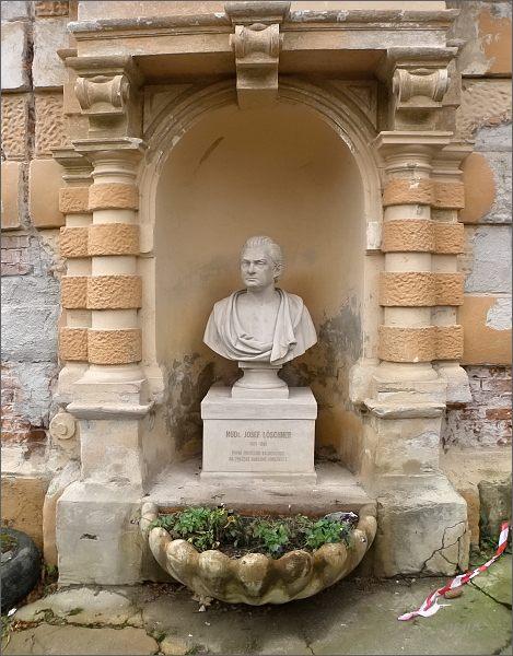 Kyselka, Jindřichův dvůr. Busta MUDr. Josefa Löschnera