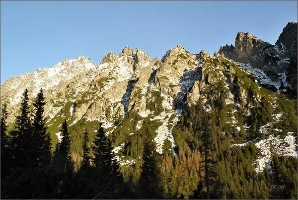 Prostredný hrebeň nad Veľkou Studenou dolinou. Zleva Prostredný hrot, Kostoly (Malý vpravo) a Veža nad Ohniskom, Kopa nad Ohniskom a Zadný Oštep