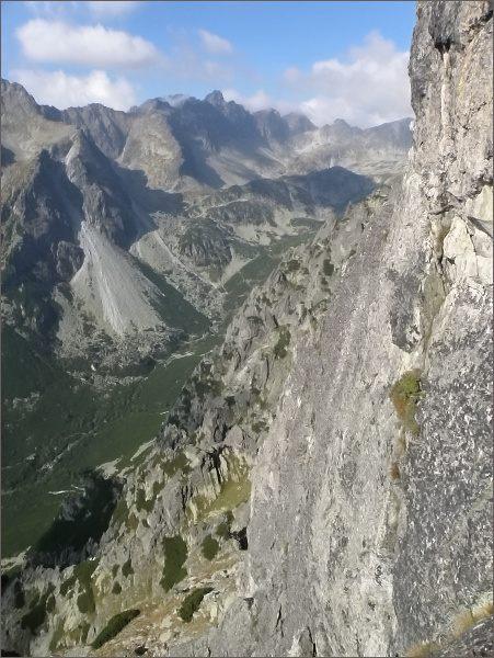 Pohled z Malého Kostola do Veľkej Studenej doliny. Vpravo jihozápadní stěny, pod nimi travnaté terasy oddělující spodní a horní patro jihozápadní stěny