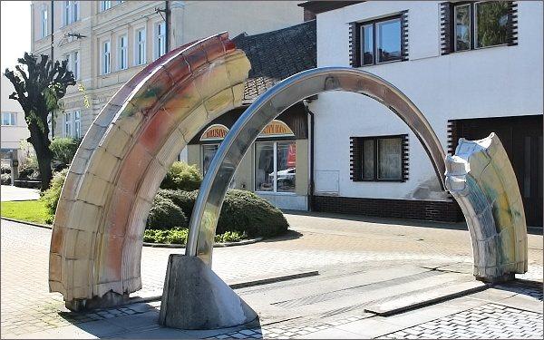 Duhová fontána, symbolická vstupní brána do Bystřice pod Hostýnem