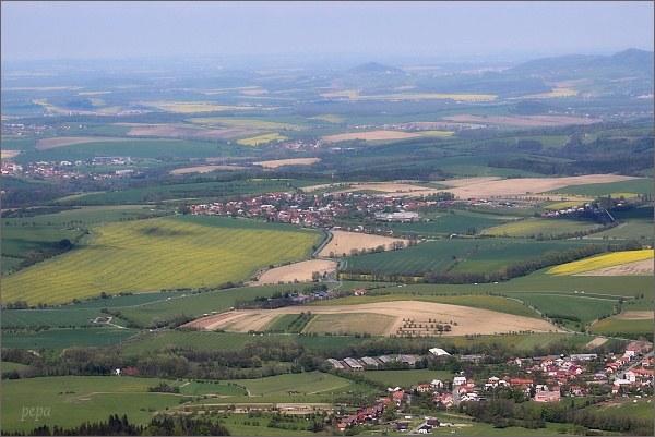 Pohled z rozhledny na Kelčském Javorníku k severu. Uprostřed na horizontu Starojický kopec se zříceninou hradu Starý Jičín