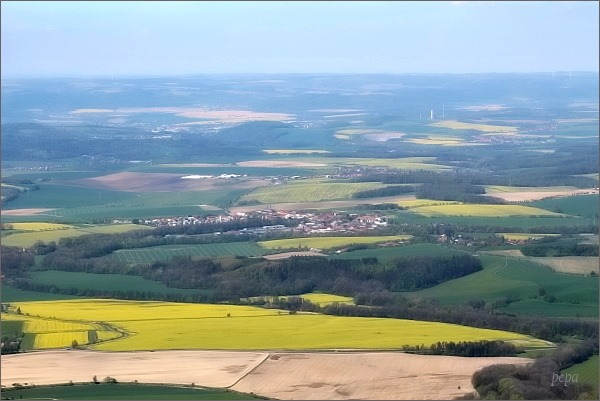 Pohled z rozhledny na Kelčském Javorníku k severu. Uprostřed Hranice s cementárnou
