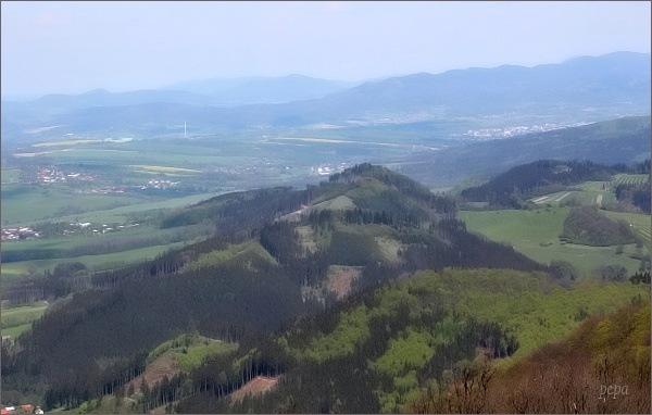 Veřovické vrchy (vpravo) z rozhledny na Kelčském Javorníku. Vpravo Velký Javorník