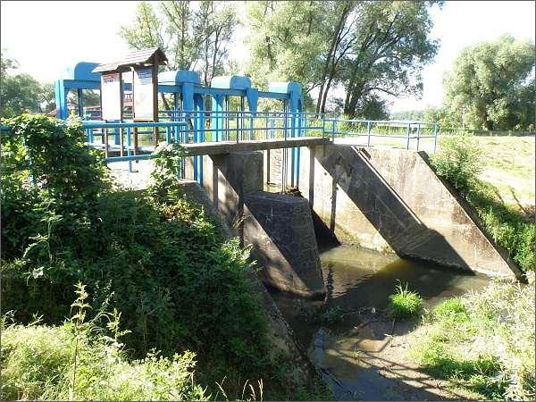 Hráz Baťova kanálu u přístavu Skalica