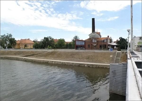 Uherské Hradiště. Restaurace U Komína a most přes Moravu s rozcestím cyklotras