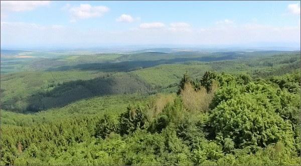 Pohled z Brda k východu. Na horizontu Bílé Karpaty