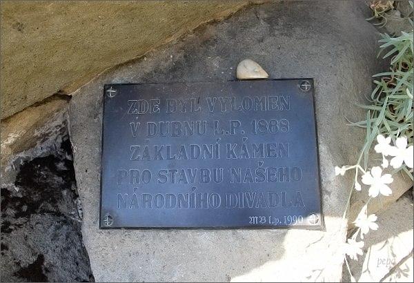 Buchlov. Místo, odkud byl vytržen základní kámen Národního divadla. Pamětní tabulka