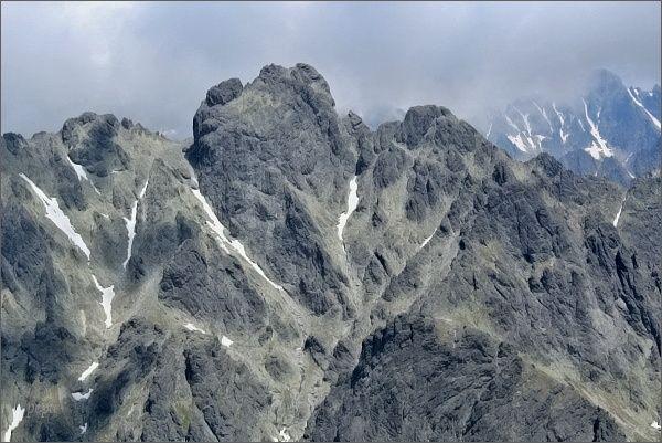 Jako hrad se čtyřmi věžemi se na protější straně Velickej doliny tyčí Bradavica