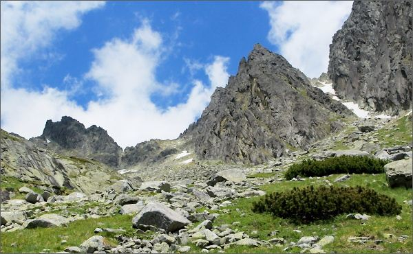 Priečna veža (vlevo) a Drobná veža ze Streleckej kotliny