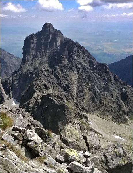 Prostredný hrebeň ze Širokej veže. Nejblíže Priečna veža, za ní Sokolia veža a nenápadná Drobná veža. Nejdále Prostredný hrot