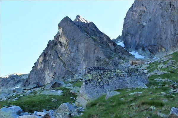 Drobná veža nad Veľkou Studenou dolinou. Vpravo Žltá lávka