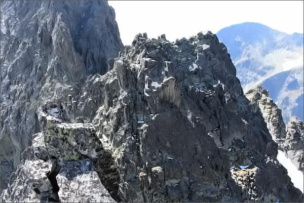 Drobná veža ze Sokolej veže. Hlavní vrchol (jižní) vpravo
