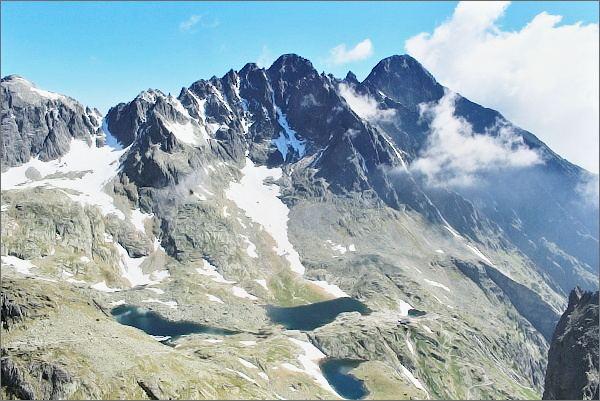 Malá Studená dolina z Drobnej veže. Na horizontu rázsocha Lomnického štítu (Lomnický štít vpravo, druhý nejvyšší Pyšný štít)
