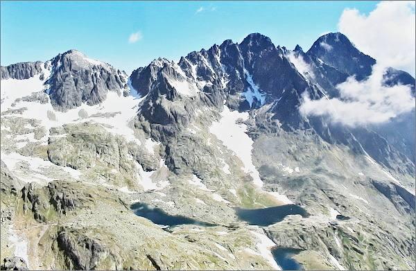 Malá Studená dolina z Drobnej veže. Na horizontu rázsocha Lomnického štítu. Vlevo Baranie rohy