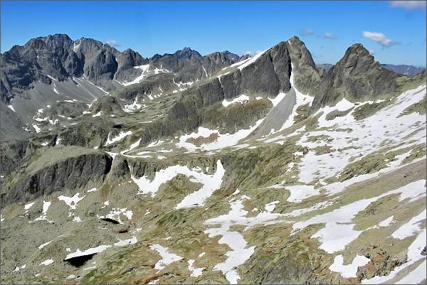 Veľká Studená dolina z Drobnej veže. Uprostřed Ostrý štít a Javorový štít, vlevo Gerlachovský štít
