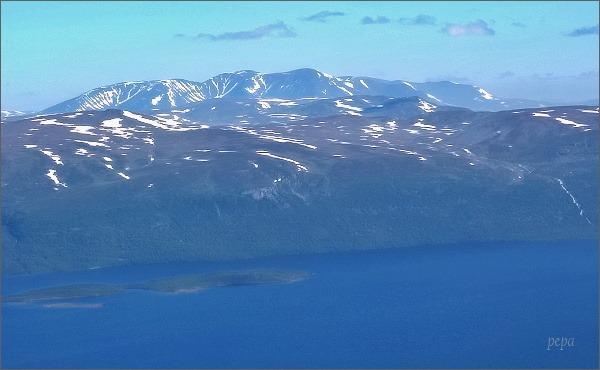 Jezero Torneträsk a Skandinávské pohoří z vrcholu hory Nuolja