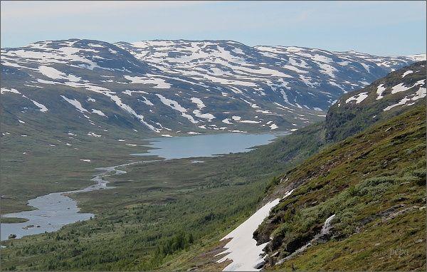 NP Abisko. Jezero Vuolemus Kårsavaggejaure z úbočí hory Slåttatjåkka