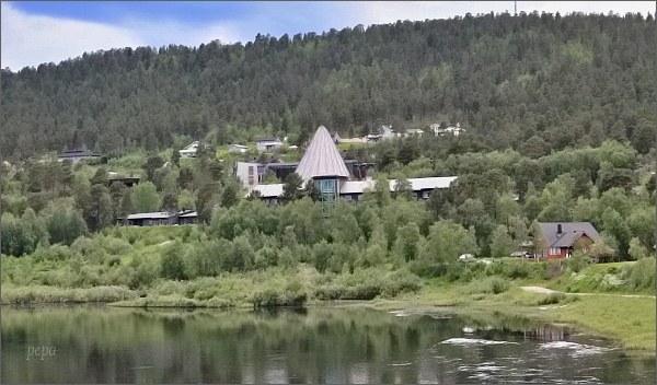 Karasjok, řeka Kárášjohka. Pohled k sámskému parlamentu Sámediggi