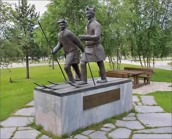Karasjok. Pomník sámským účastníkům Nansenovy výpravy napříč Grónskem r. 1888
