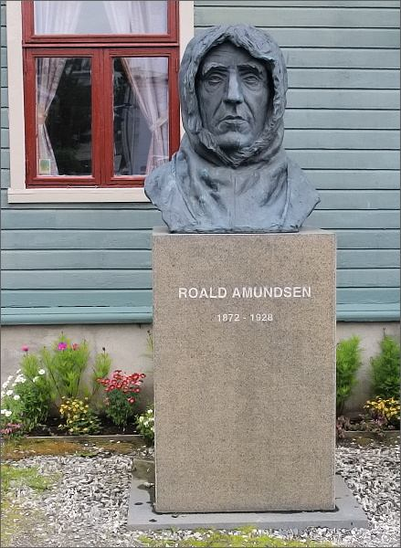 Tromsø. Busta Roalda Amundsena před budovou správy muzea Polarmuseet