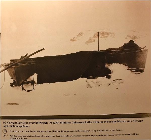 Tromsø, Polarmuseet. Fotografie provizorního nocležiště F. Nansena a H. Johansena během polární výpravy 1893 - 1896