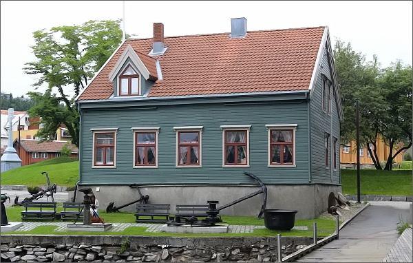 Tromsø, správa muzea Polarmuseet. Za ní vpravo nejstarší dům v Tromsø, Skansen