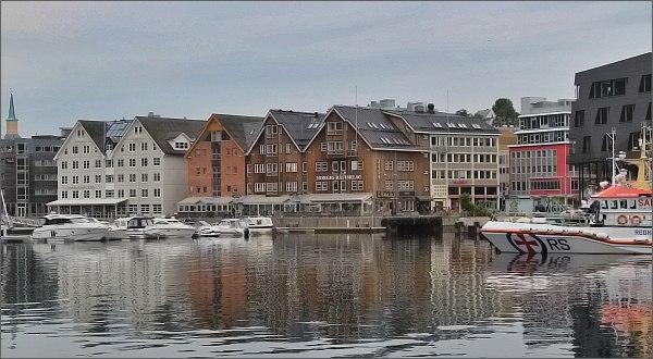 Tromsø, staré dřevěné domy na nábřeží