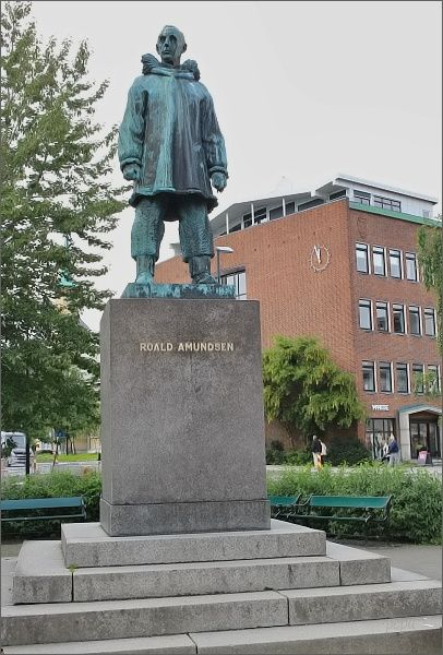 Tromsø, socha Roalda Amundsena na jednom z náměstí v Tromsø
