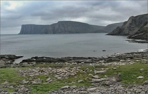 Ostrov Magerøya. Na protější straně zálivu Nordkapp