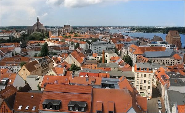 Rostock. Nábřeží a historická část města z Petrikirche