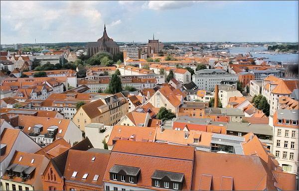 Rostock. Historická část města z Petrikirche, St.-Marien-Kirche