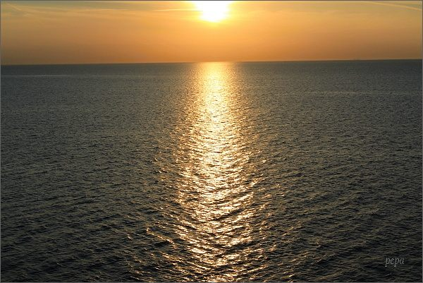 Hra světel na mořské hladině