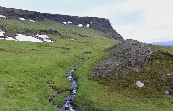 Cesta k vodopádu vede zamokřeným terénem