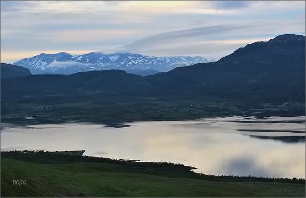 (Téměř) půlnoční slunce nad Restafjordem