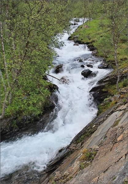 Kaskády potoka syceného vodopádem Fosselvfossen