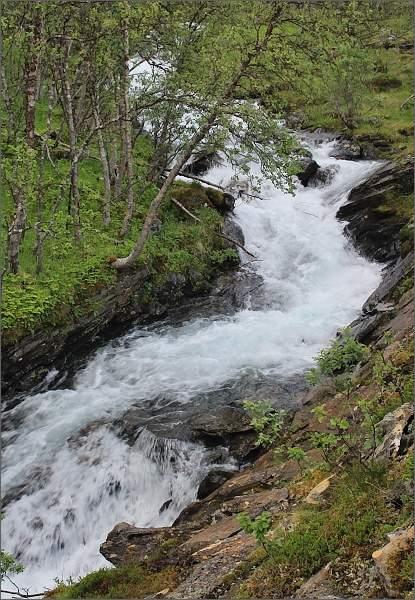 Kaskády potoka napájeného vodopádem Fosselvfossen