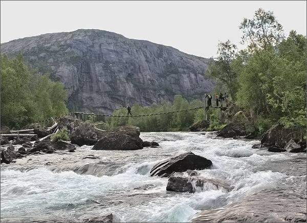 Národní park Rago. Visutý most přes řeku Storskogelva