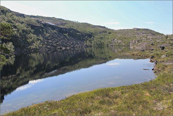 Národní park Rago. Cestu k jezeru Sølvskarvatnan lemují četné vodní plochy