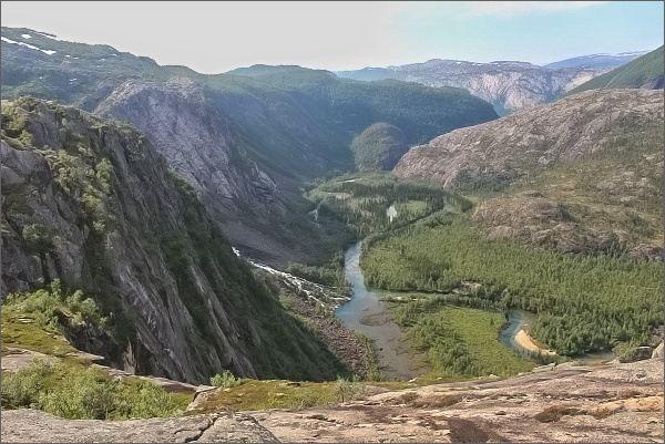 Národní park Rago. Pohled do údolí Storskogdalen od jezera Litleverivatnet