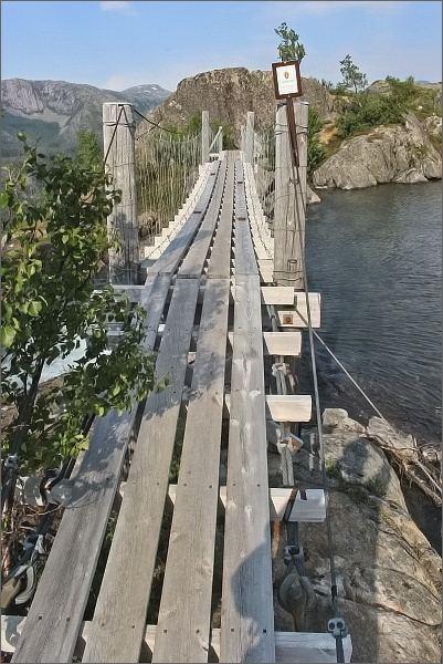 Národní park Rago. Visutý most přes jezero Litleverivatnet