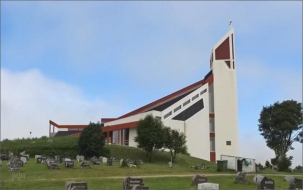 Borg, Lofotr. Moderní kostel na místě původního z roku 1355