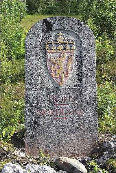 Mezník na hranici krajů Nordland a Troms
