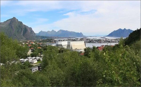 Pohled na Svolvær z úbočí hory Tjellbergtinden