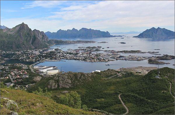 Pohled na Svolvær z hřebene hory Tjellbergtinden