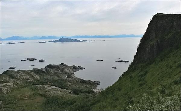 Nižší z vrcholů hory Tjellbergtinden a pohled k moři